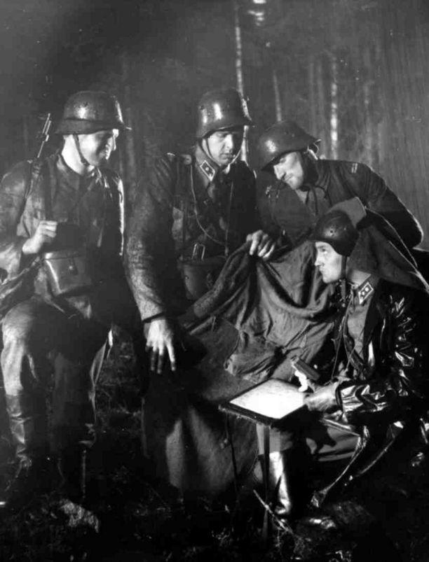 Alkuperäisen elokuvan Koskelana nähtiin Kosti Klemelä. (toinen vasemmalta)