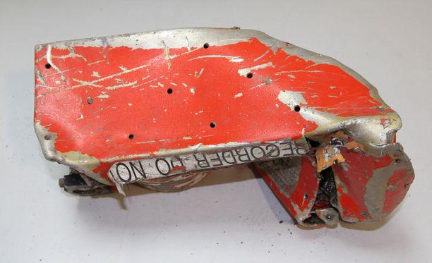 Kuvien perusteella myös tiistaina löydetty musta laatikko on pahoin vaurioitunut.