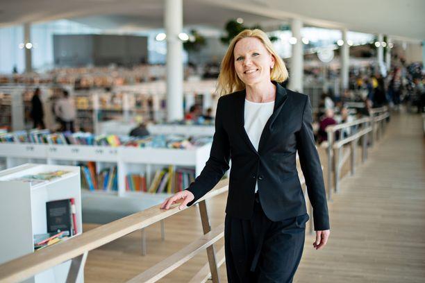 Lapsiasiavaltuutettu Elina Pekkarinen on huolissaan nuorten hyvinvoinnista.