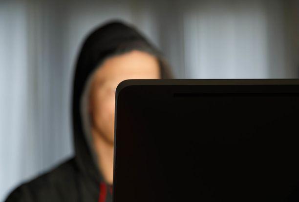 Mies oli uhannut Facebookissa puukottaa myös opettajansa.
