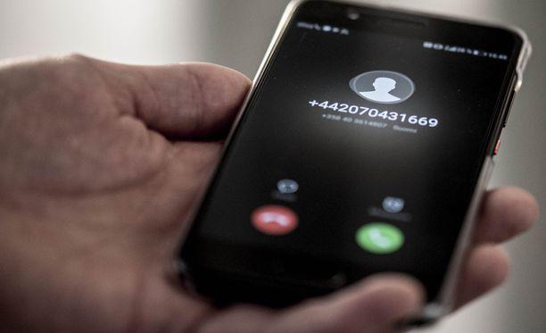 Poliisi muistuttaa, ettei se koskaan, missään tilanteessa, kysy yksityishenkilön pankkitunnuksia. Kuvan puhelin ei liity tapaukseen. Kuvituskuva.