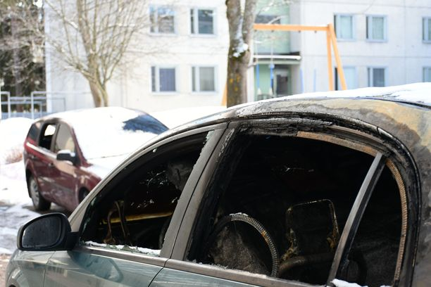 Autojen sisätilat paloivat kauttaaltaan.