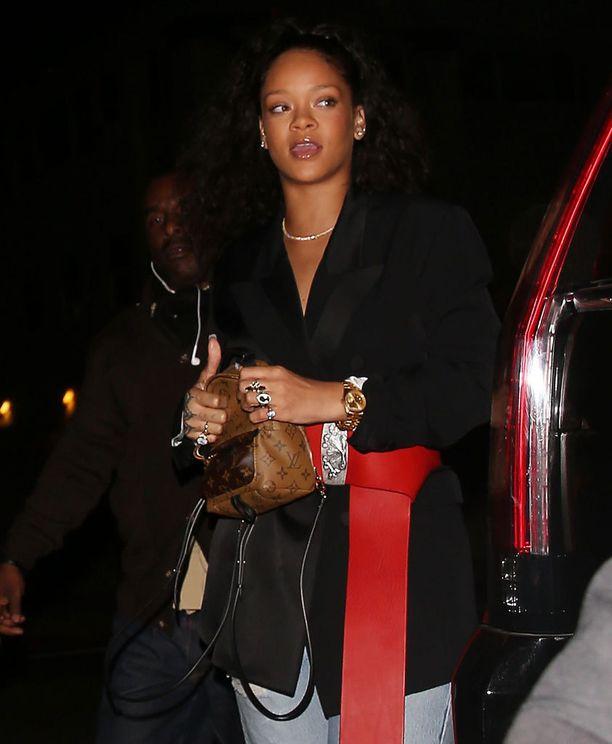 Rihanna on tykästynyt Louis Vuittonin sööttiin pikkureppuun.