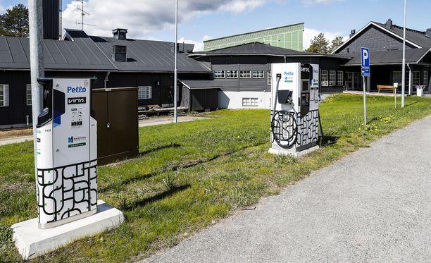 Pellon Vihreä pysäkki Lapissa on yksi harvoista paikoista, joissa Virta (Napapiirin Energia) tarjoaa latauspisteitä matkailukohteessa.