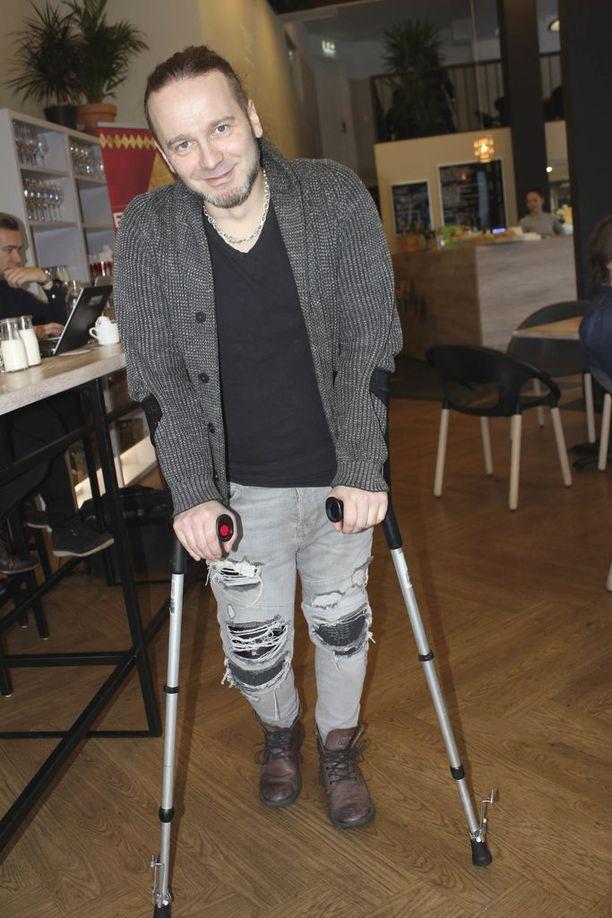 Elonkerjuun vokalisti Osku Ketola oli maanantaina polvileikkauksessa.