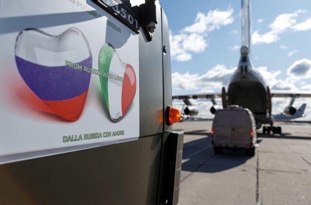 Venäjä toimitti sotilaskoneilla Italiaan avustustarvikkeita, joissa oli teksti From Russia With Love.