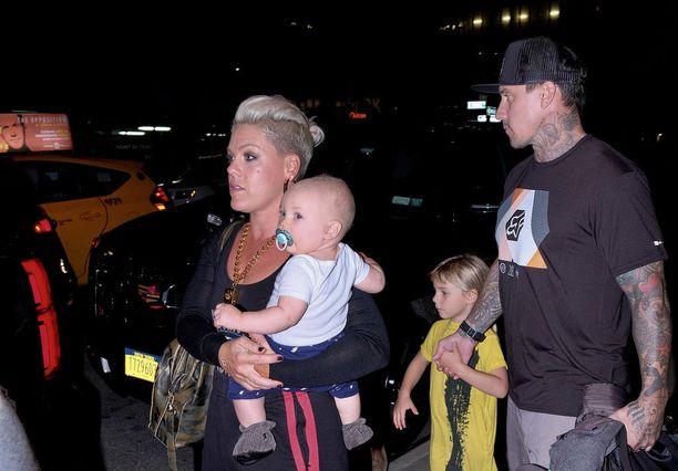 Pinkillä ja Carey Hartilla on kaksi lasta, vuonna 2016 syntynyt Jameson Moon ja vuonna 2011 syntynyt Willow.