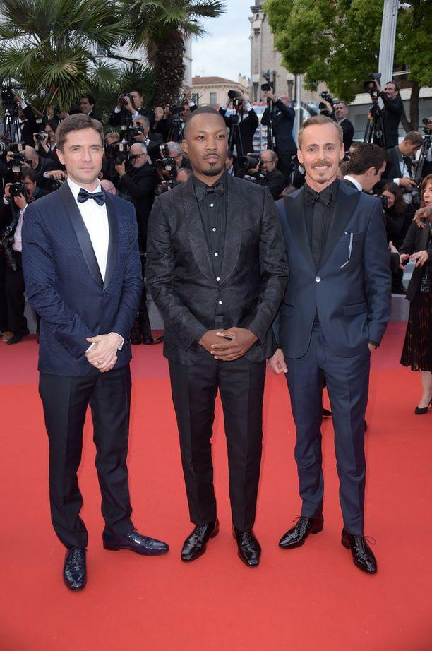 Topher Grace, Corey Hawkins ja Jasper Pääkkönen poseeraavat kuvaajille Cannesissa.