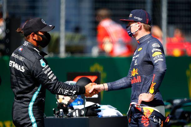 Lewis Hamilton ja Max Verstappen ovat molemmat F1-sarjan kirkkaimpia tähtikuljettajia.