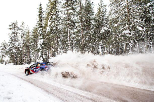 Suomussalmi-rallin kokoama ihmismäärä huolestuttaa Kainuussa. Kuva on helmikuussa ajetusta Rovaniemen MM-rallista, joten se ei suoraan liity eri tahon järjestämään harrastekilpailuun.