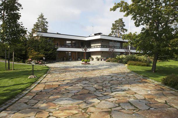 Tämän talon klassiset linjat ja modernin raikas ilme näkyvät pitkälle.