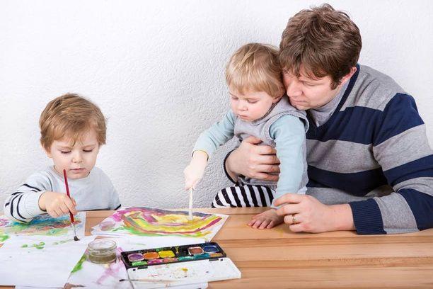 Suomalaiset isät osallistuvat aktiivisesti lastensa hoitoon ja elämään.