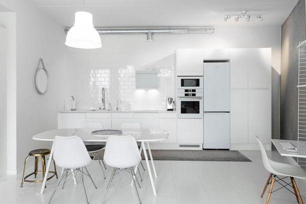 Valkoinen väri on tämän keittiön kantava teema. Valkoinen väri avartaa tilaa ja tuo valoa.