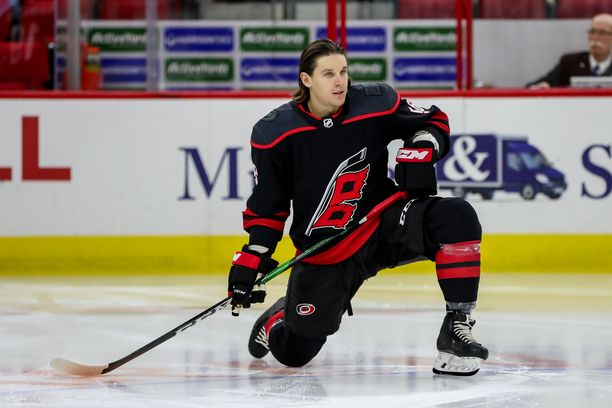 Carolina Hurricanesin Erik Haula on pitkään pois NHL_kaukaloista.
