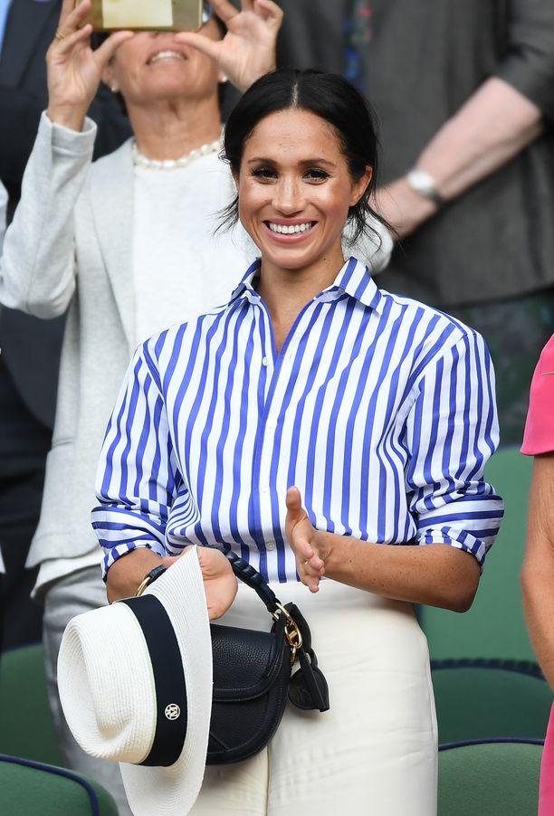 Wimbledonin yleisössä Meghan edusti raikkaan rennossa tyylissä.