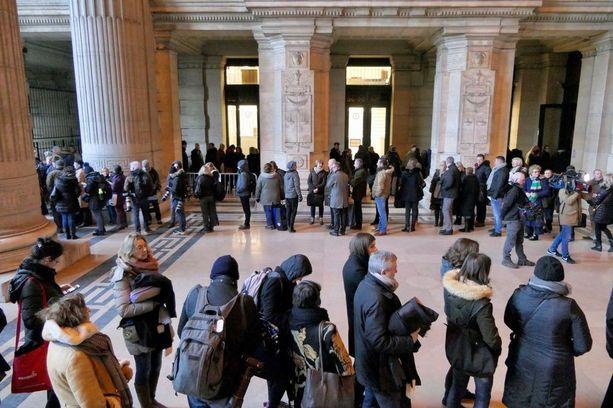 Salah Abdeslamin oikeudenkäyntiin jonotti satoja ihmisiä, joista vain osa mahtui oikeussaliin sisään.