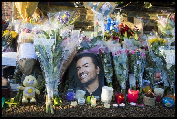Fanit tukkivat George Michaelin kotikadun muistolahjoilla kuolinuutisen jälkeen.