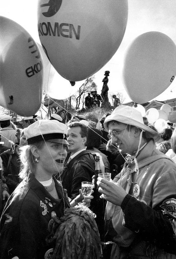 Heti kun Havis Amanda oli saanut ylioppilaslakkinsa vuonna 1989, poksahtivat sadat kuohuviinipullot Helsingin Esplanadilla.