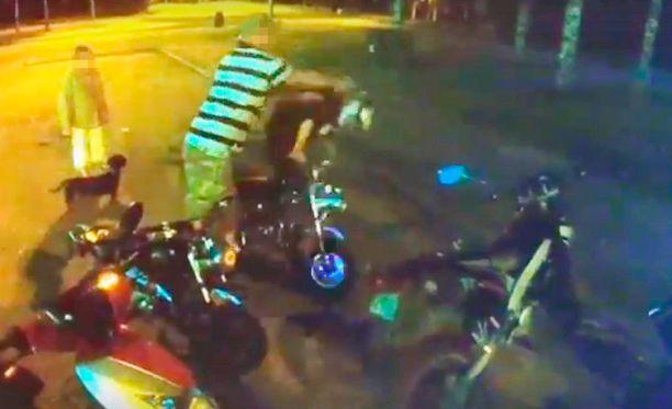 Mies uhkaili, löi ja potki 15-vuotiasta poikaa Tampereella perjantai-iltana. Pojan kaveri tallensi pahoinpitelyn videolle.