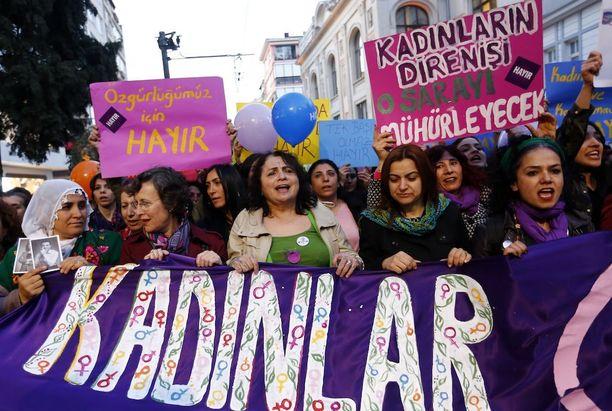 Presidentin valtaoikeuksien kasvattamista vastustavat naiset osoittamassa mieltään Istanbulissa torstaina. Osa turkkilaisista pelkää äänestyksen johtavan diktatuuriin, mikäli kyllä-äänet voittavat.