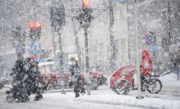 Torstaina etelärannikolla nautiskellaan tai kärvistellään lumisateessa koko päivän ajan.