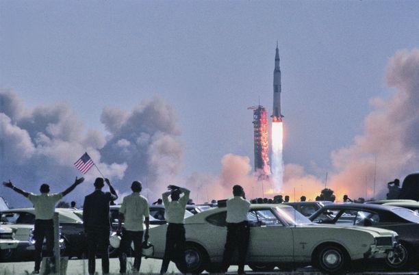 Saturnus 5:n onnistunut laukaisu oli Yhdysvaloissa suuren juhlan aihe.