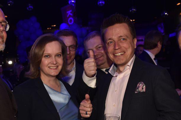 Leila ja Atte Kaleva kuvattuna kokoomuksen eduskuntavaalivalvojaisissa 14.4.2019.