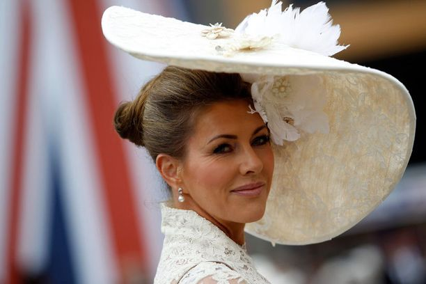Yleisön joukossa näkyi taidokkaasti muotoiltuja hattuja.