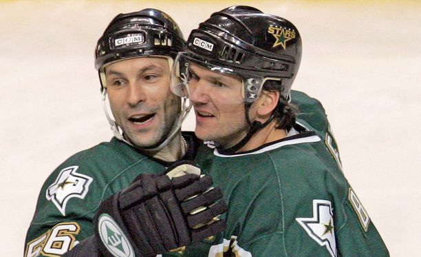 Sergei Zubov (vasemmalla) muistetaan Dallas Starsin hyökkäävänä puolustajana. Kuvassa oikealla Philippe Boucher.