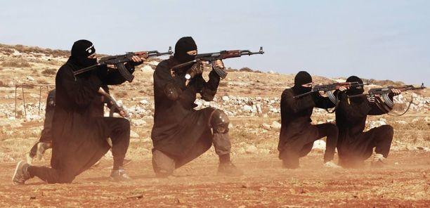 Isisin militantit harjoittelemassa Syyrian Raqqassa AK-47:llä.