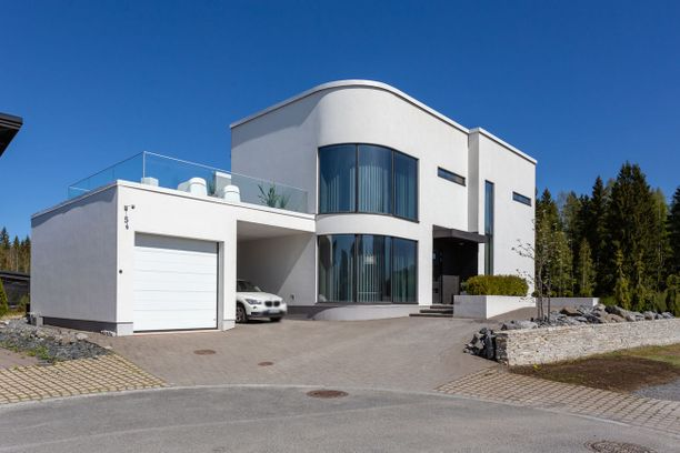 Talo on näyttävä ilmestys. Kodin erikoisuuksia ovat kaksipuoleinen takka, yläkerroksen lasinen lattia ja uima-allas. Entisestä asuntomessukohteesta pyydetään 985 000 euroa.