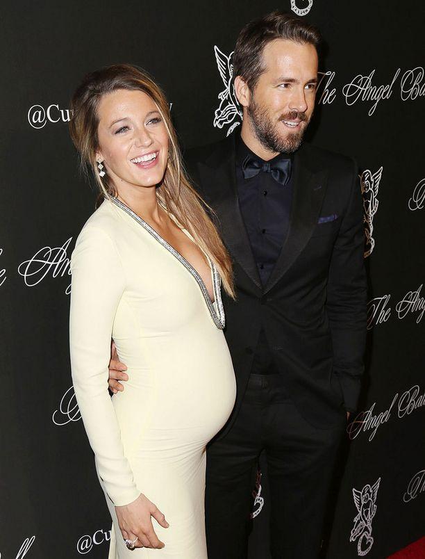 Gossip Girl -sarjasta tutun Blaken puoliso Ryan Reynolds on myös nähty Suomen televisioissa sarjassa Kaksi kaveria, tyttö ja pizzapaikka.
