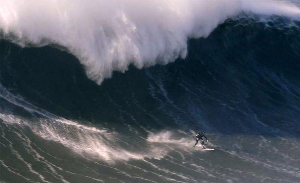 Valtava aalto kaatui Cottonin päälle, hän ei päässyt niin sanotusti aallon putkeen.