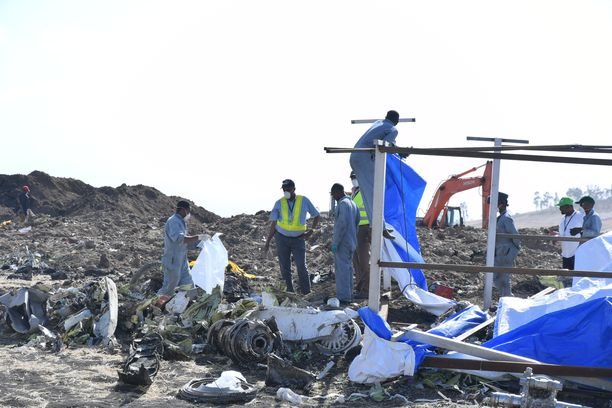 Pelastushenkilökunta tutki keskiviikkona viime sunnuntaina Etiopiassa pudonneen Boeing Max 8 -koneen jäännöksiä