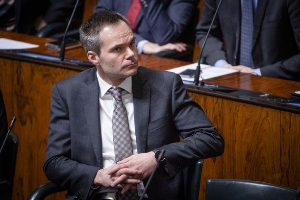 Kai Mykkäsen mukaan kokoomus kannattaa ansiosidonnaisen työttömyysturvan ulottamista kaikille.