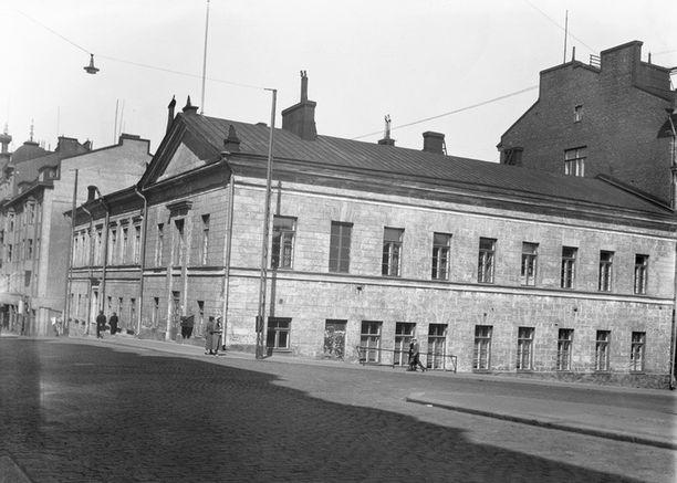 """Kasarmikatu 21:n tontille rakennettiin 1830-luvulla C. L. Engelin suunnittelema kaksikerroksinen kivitalo, jossa aloitti kaupungin ensimmäinen """"rahvaankoulu"""", jossa myös tytöt pääsivät opiskelemaan Aurora Karamzinin ansiosta. Koulu toimi rakennuksessa lähes vuosisadan."""