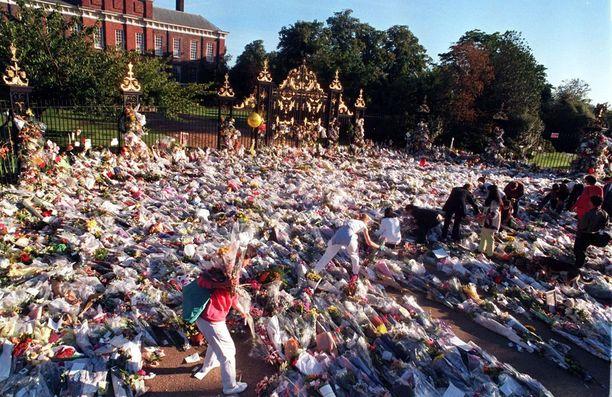 21 vuotta sitten Dianan kuolinuutinen kohahdutti koko maailmaa. Kukkameri syntyi Kensinghtonin palatsin edustalle.