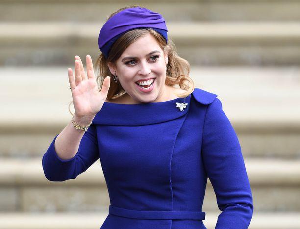Prinsessa Beatrice julki sinisessä asussa sisarensa Eugenien häitä.