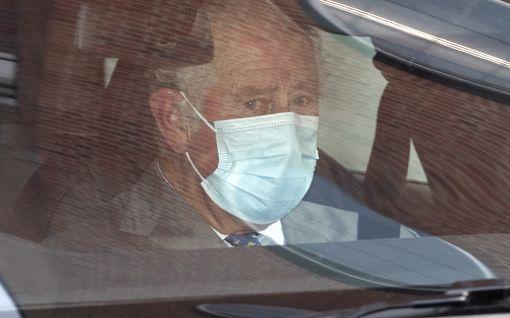 Walesin prinssi Charles vieraili isänsä luona sairaalassa – surusilmäiset kuvat