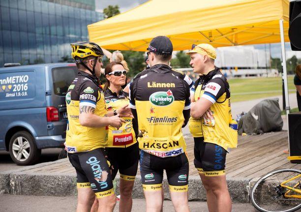 Team Rynkebyn hyväntekeväisyyspolkijat olivat pukeutuneet keltamustiin pyöräilyasuihin. Tempauksessa on tänä vuonna yhteensä 1600 pyöräilijää ja 400 avustajaa 38 eri joukkueessa. Joukkueet tulevat Pohjoismaista.