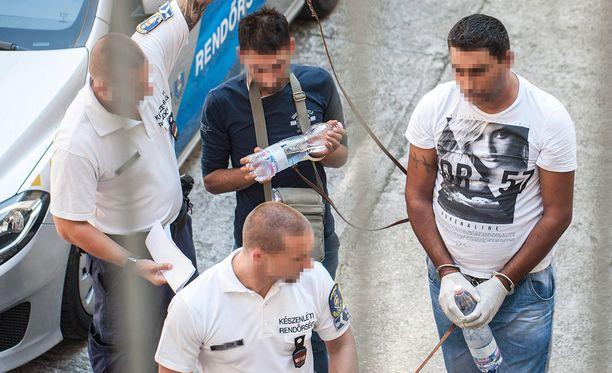 Kahta epäiltyä tuotiin oikeuteen Unkarissa.
