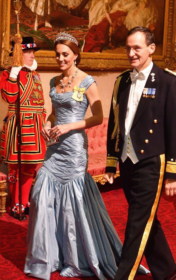 Catherine luottijuhlaillallisella vaaleansiniseen leninkiin ja näyttävään tiaraan.