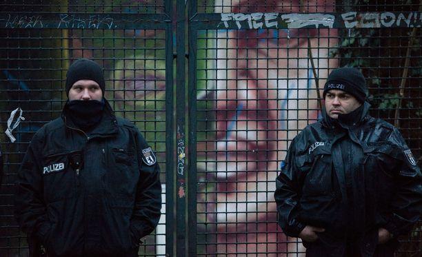 Poliisi seisoi viime viikolla Berliinissä hylätyn koulun edessä, joka toimi epävirallisena pakolaiskeskuksena. Rakennus tyhjennettiin.