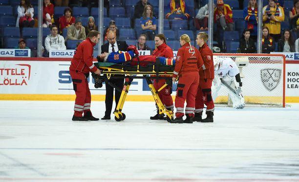 Pekka Jormakka vietiin törkytaklauksen jälkeen paareilla jäältä.