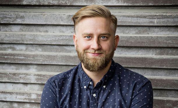 Joel Harkimo vetää Harkimot -keskusteluohjelmaa yhdessä isänsä Hjallis Harkimon kanssa.