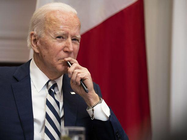 Yhdysvaltain presidentti Joe Biden ilmoittaa Yhdysvaltain koronarokotetuotannon kiihtyneen.