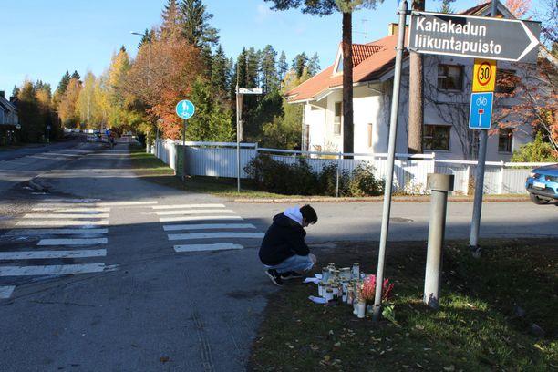Paikalliset toivat lokakuussa turmapaikalle kynttilöitä kuolleen naisen muistoksi.