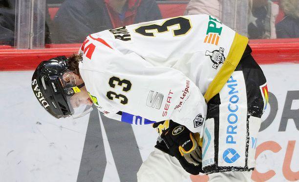 Mikael Ruohomaa loukkaantui toisessa HIFK-ottelussa Ryan O'Connorin taklauksen seurauksena.