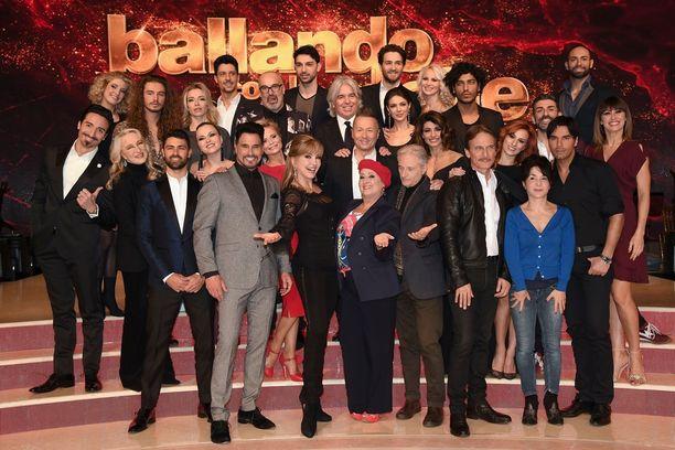 Italian Tanssii tähtien kanssa -ohjelman kilpailijat kokoontuivat yhteiskuvaan.
