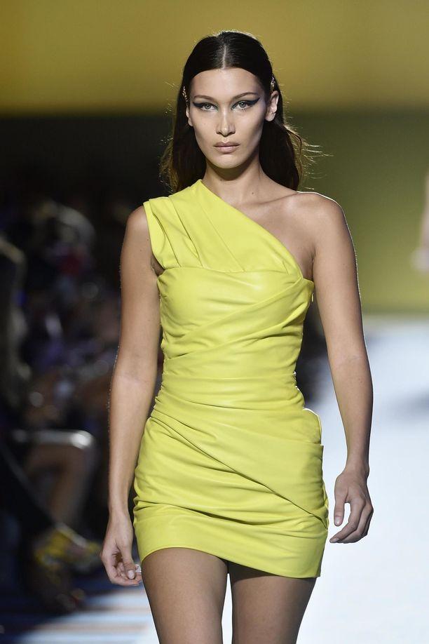"""Nahkamekot ovat in - ja ainakin tämä Versacen miniversio täyttää """"paljastavan ja näyttävän"""" määritelmän! Mallina nakumekoissa punaisella matolla edustava Bella Hadid."""